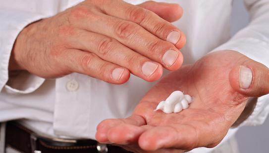 La crème Emla est un anesthésique local facile à appliquer sur la peau du pénis
